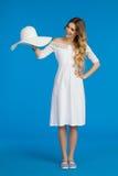 La femme dans la robe blanche présente le chapeau de Sun Images libres de droits