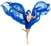 La femme dans la robe bleue s'envole, ondulant le tissu de flottement image libre de droits
