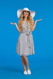 La femme dans la robe d'été et le chapeau de Sun de blanc crie et fait des gestes Photo stock