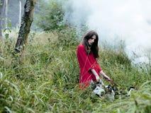 La femme dans la robe rouge avec l'arbre wolfs dans la forêt Photo libre de droits