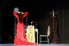 La femme dans la robe rouge exécutent dans le flamenco Flamenqueria de Chambre Photos stock