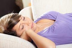 La femme dans la salle de séjour dort photographie stock