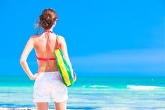 La femme dans le bikini et les lunettes de soleil avec la plage mettent en sac Image stock