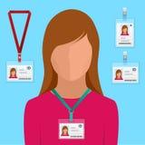 La femme dans le costume avec le lien rouge et l'identification badge les cartes vierges blanches d'identification de plastique d Image libre de droits