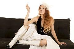 La femme dans le gilet de robe reposent des jambes montrant la main  Images stock