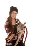 La femme dans le kangourou de bébé de chemise de calotte et de plaid regardent Photographie stock libre de droits
