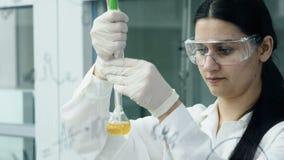 La femme dans le laboratoire écrivent la formule sur le conseil de verre clips vidéos