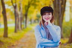 La femme dans le manteau bleu ont un repos dans le parc d'autum photos stock