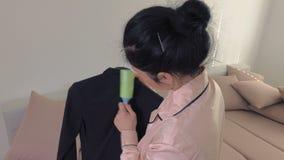La femme dans le nettoyage de pyjama vêtx avant d'aller travailler banque de vidéos