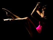 La femme dans le rose hightlighted des jambes et des mains  Photos libres de droits