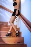 La femme dans le soutien-gorge et la mini fixation de jupe menotte Photos stock