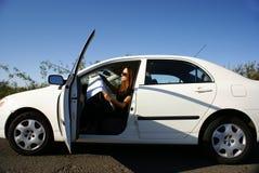 La femme dans le véhicule a détruit avec la carte Photo stock