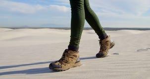 La femme dans les sports chausse la marche dans le désert 4k banque de vidéos