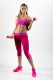 La femme dans les vêtements de sport est engagée dans la forme physique Dans se tenir de mains Photos libres de droits