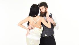 La femme dans la robe de mariage avec le dos et l'homme de nudité dans le hippie de gilet avec la dame s'est habillée, l'espace d Photographie stock
