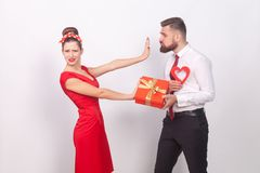 La femme dans la robe rouge, mettent le présent et l'amour du besoin du ` t Images libres de droits