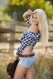 La femme dans un grand chapeau de cowboy sur le ranch Image stock