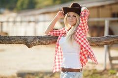 La femme dans un grand chapeau de cowboy sur le ranch Images stock