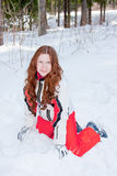 La femme dans un procès sportif s'assied en fonction pour neiger in-field Image libre de droits