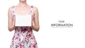 La femme dans une impression florale de robe dans le signe blanc de mains pattren Images stock
