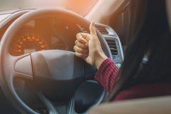 La femme dans la voiture faisant des pouces de main aiment, signe correct Photographie stock libre de droits