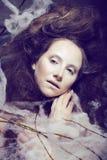 La femme de beauté avec créatif composent comme le cocon Image libre de droits