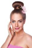 La femme de beauté avec le crayon correcteur pointille au secteur d'undereye d'isolement photos libres de droits