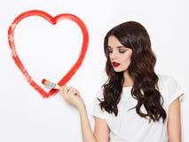 La femme de beauté dessine le coeur Photo stock