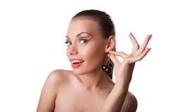 La femme de beauté prennent la cerise mûre comme l'ament Photographie stock