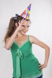 La femme de brune dans un chapeau d'anniversaire font le chiffre correct Photos stock