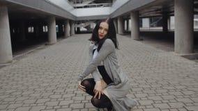 La femme de brune exécute la danse moderne d'houblon de mode ou de hanche, posant, style libre contemporain urbain banque de vidéos