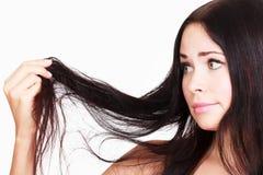 La femme de brune n'est pas heureuse avec ses cheveux fragiles photos libres de droits