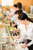 La femme de bureau du déjeuner deux de cafétéria choisissent la nourriture Image stock