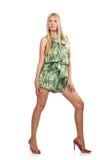 La femme de cheveux blonds portant la robe courte verte d'isolement sur le blanc Image libre de droits