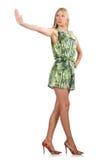 La femme de cheveux blonds portant la robe courte verte d'isolement sur le blanc Photos libres de droits