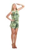 La femme de cheveux blonds portant la robe courte verte d'isolement sur le blanc Photographie stock