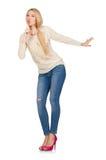 La femme de cheveux blonds posant dans des blues-jean d'isolement sur le blanc Image libre de droits