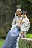 La femme de classique chinois dans la robe de Hanfu apprécient le temps gratuit avec le bébé et les amis intimes Photos libres de droits
