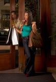 La femme de couleur avec des sacs à provisions équipent la regarder Photo libre de droits