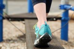 La femme de coureur courant sur une route étroite, se ferment sur la chaussure Images libres de droits