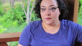 La femme de course de mélange met dessus des verres banque de vidéos