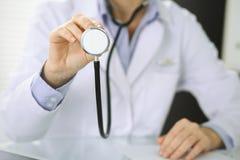 La femme de docteur tient la t?te de st?thoscope, plan rapproch? des mains M?decin pr?t ? examiner et aider le patient Aide et photo stock