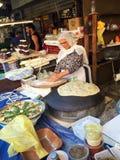 La femme de Druze préparent le pain de Taboon sur le marché de Carmel dans le téléphone Avi photographie stock libre de droits