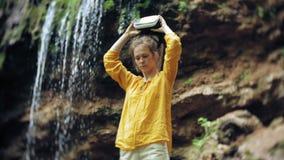 La femme de faune de jour ensoleillé en verre VR de réalité virtuelle de fille soulevant des mains fait une pointe des montagnes, banque de vidéos