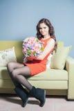La femme de fleuriste prépare un grand bouquet des roses rouges Photographie stock libre de droits