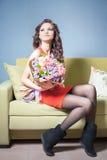 La femme de fleuriste prépare un grand bouquet des roses rouges Image libre de droits