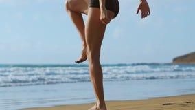 La femme de forme physique faisant des mouvements brusques s'exerce pour les muscles de noyau de formation de séance d'entraîneme clips vidéos