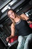 La femme de forme physique faisant l'ABS s'exerce dans le gymnase Image libre de droits