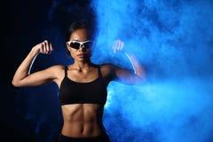 La femme de forme physique, fille peut faire fort Photo libre de droits
