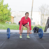 La femme de forme physique forme le deadlift au gymnase Photographie stock